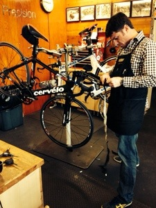 Reed adding the finishing touches the the aero bars. A little bit of handle bar tape to cover that slick carbon!